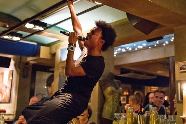 Restaurant met zingende bediening...