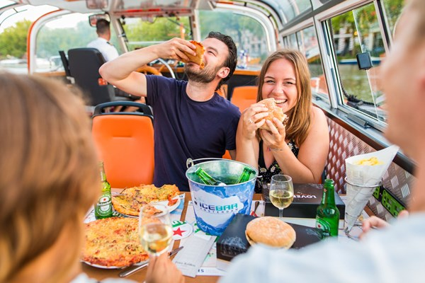 Gezellig bier drinken tijdens rondvaart