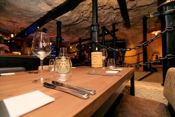 Interieur ondergronds restaurant