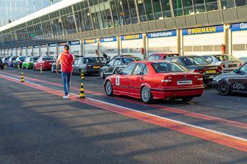 Raceauto op startbaan