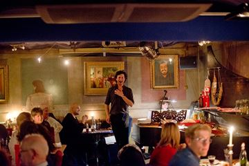 Restaurant met zingende bediening