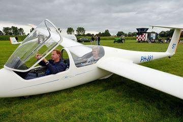 Zweefvliegtuig op het veld