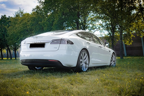 Tesla Model S wit