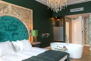 Bad groene hotelkamer