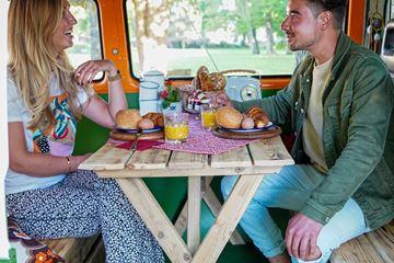 Lunch samen in volkswagen busje
